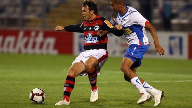 Petkovic acossado pela marcação no jogo entre Flamengo e Universidad Católica - Foto: Cezar Loureiro