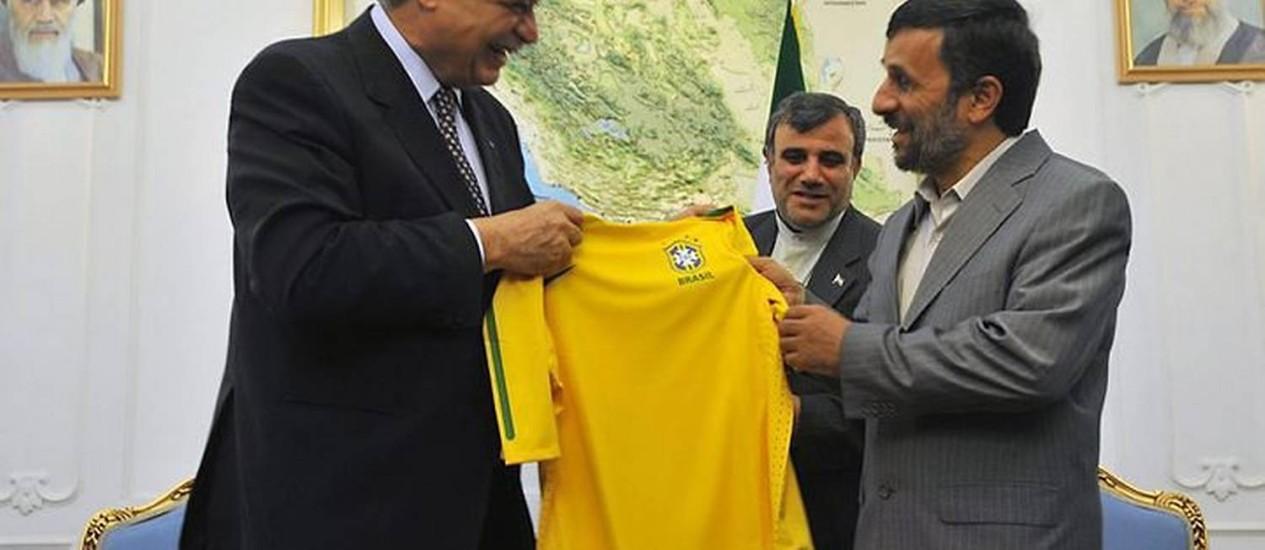 O presidente iraniano, Mahmoud Ahmadinejad, recebe o ministro do Desenvolvimento, Indústria e Comércio Exterior, Miguel Jorge, no Palácio Presidencial - Marcello Casal Jr.ABr