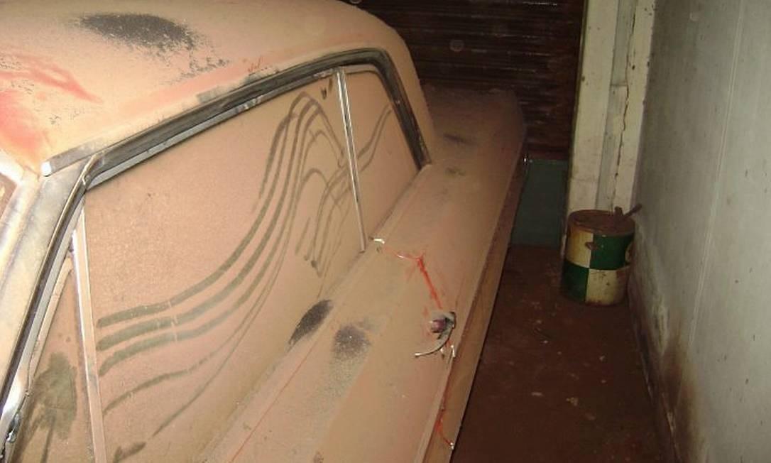 O carro empoeirado, após 40 anos na garagem. Crédito: Reprodução