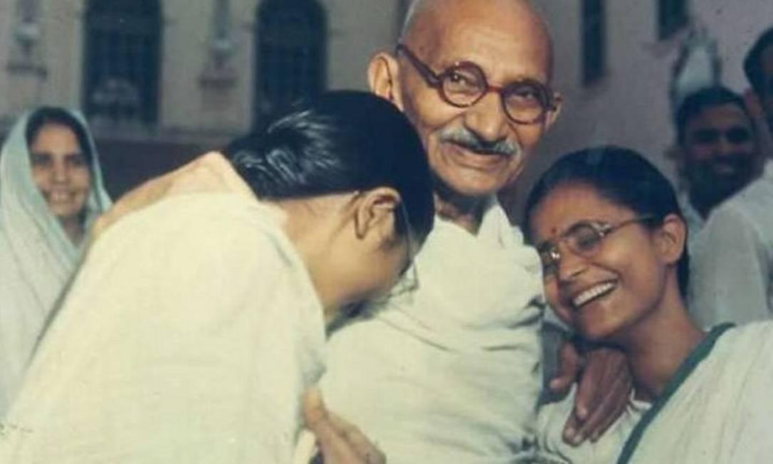Gandhi ao lado de Manu (esq.) e Abha Arquivo