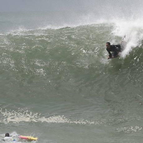 Bodyboarders no posto 5, em Copacabana - Foto: André Coelho