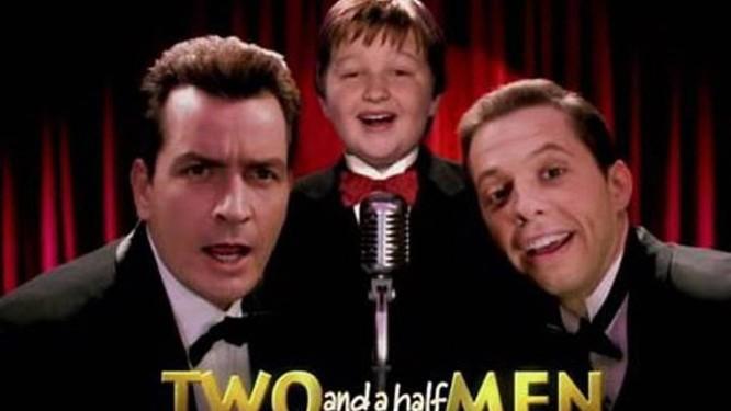 Charlie, à esquerda, deve gravar o último episódio da série dia 9 de abril Reprodução