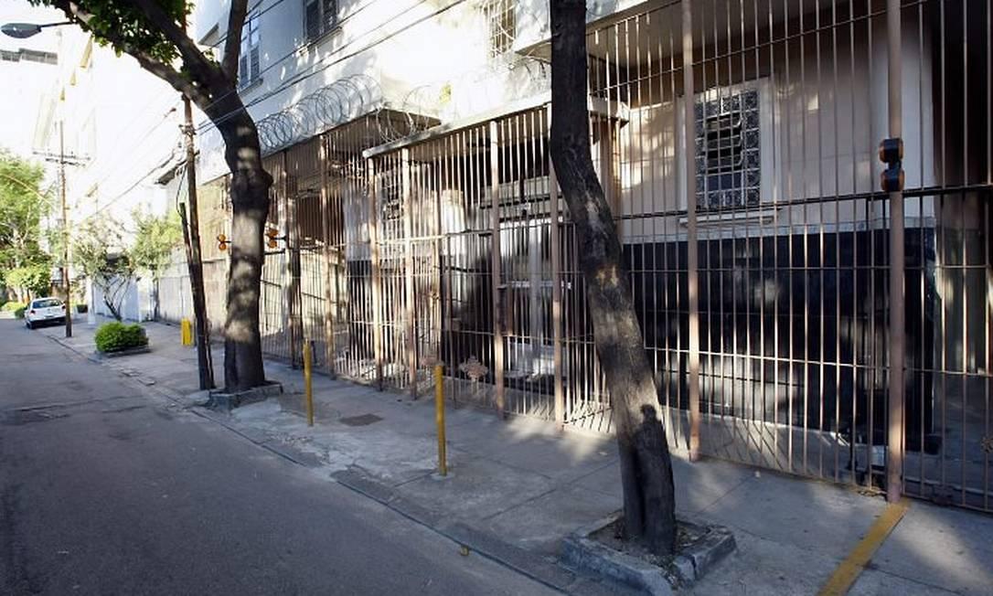 FRADES, ÁRVORES e postes impedem estacionamento no n 1.075 da Avenida Maracanã, onde Gustavo Rocha foi multado Foto de Fernando Quevedo - O Globo