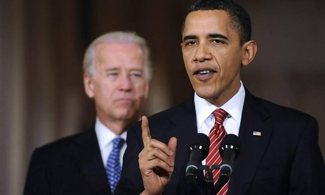 O presidente dos EUA, Barack Obama, ao lado do vice Joe Biden, faz pronunciamento após a votação da reforma do sistema de saúde - Foto: Reuters