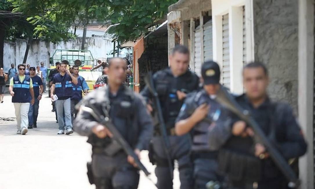 PMs dão apoio à ação de fiscais da Seop no Morro dos Macacos, em Vila Isabel Foto: Márcia Foletto