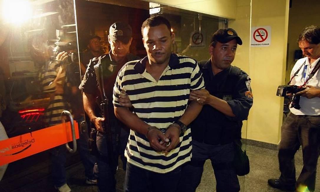 Escoltado por policiais militares, Bill entra na 19 DP (Tijuca) Foto de Fernando Quevedo - O Globo