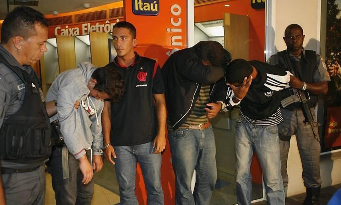 Quadrilha é presa ao tentar assaltar caixa eletrônico em Niterói. Um PM da UPP do Pavão-Pavãozinho está entre os presos - Foto: Celso Meira - O Globo