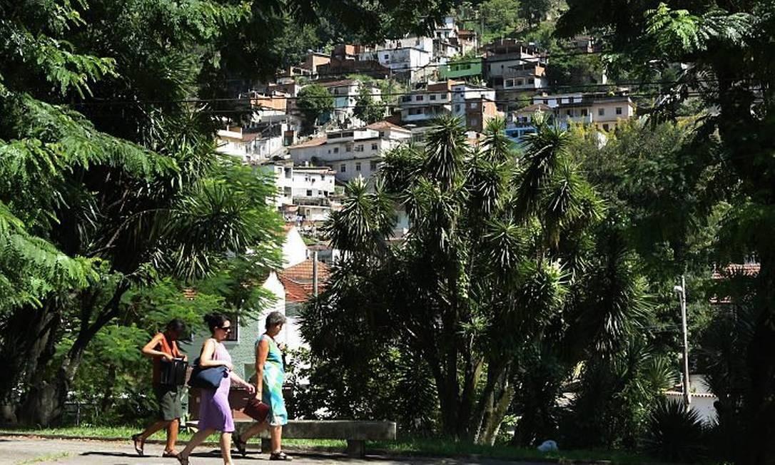 Moradores caminham por praça na Rua Conde de Bonfim, com o Morro Casa Branca ao fundo Foto Márcia Foletto, Agência O Globo
