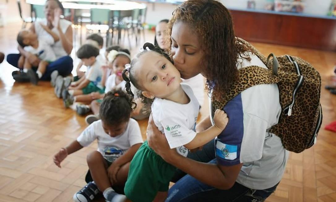 Uma das alunas da Escola Estadual Monteiro de Carvalho deixa a filha na creche Cantinho FelizFoto de Marcia Foletto