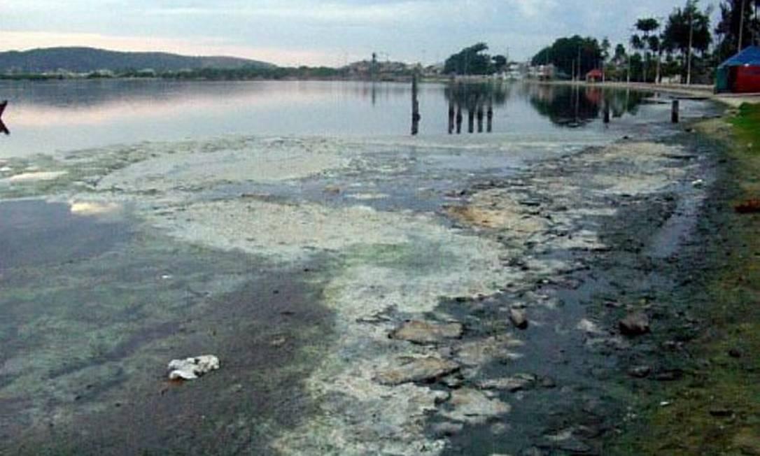 Internauta denuncia despejo de esgoto na Lagoa de Araruama. Foto do leitor Carlos Ernesto Lindgren