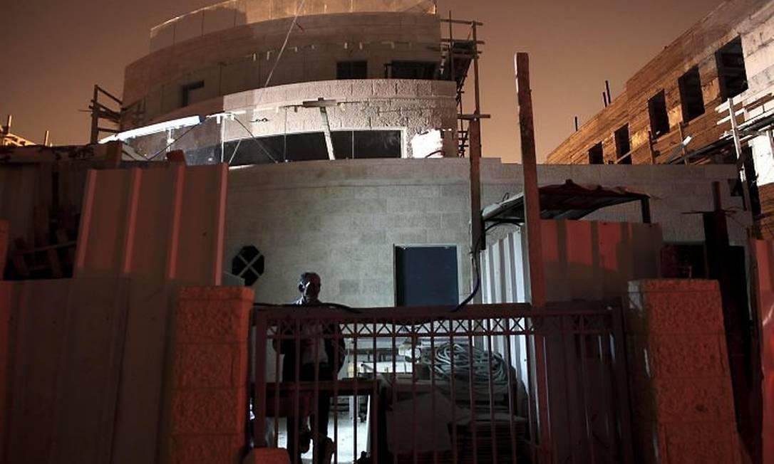 Trabalhador palestino é fotografado na construção de uma residência no bairro judeu de Ramat Sholmo, em Jerusalém Oriental AP