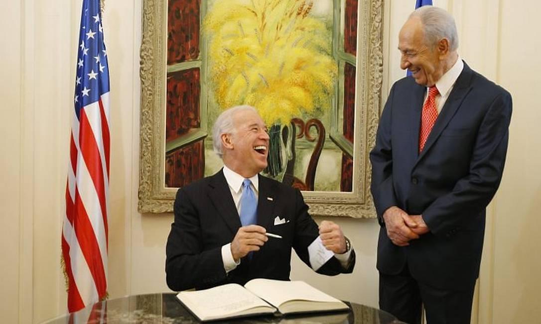 O vice-presidente americano, Joe Biden, assina livro de visitas na residência do presidente israelense, Shimon Peres, em Jerusalém - AP