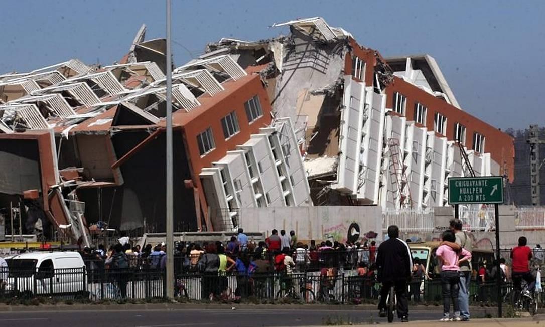 Prédio em Concepción partido ao meio após terremoto - AP