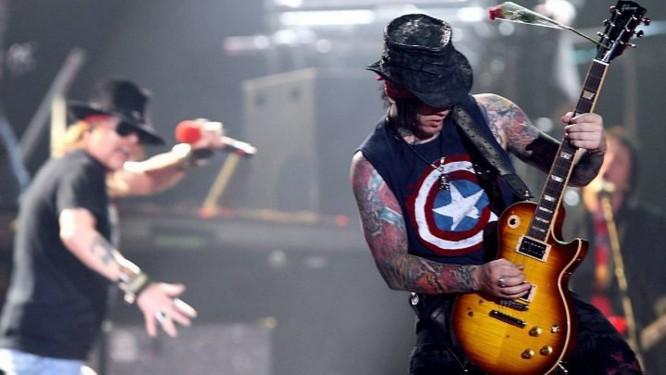 Axl Rose e o guitarrista Dj Ashba. foto: Gustavo MirandaAgência O Globo
