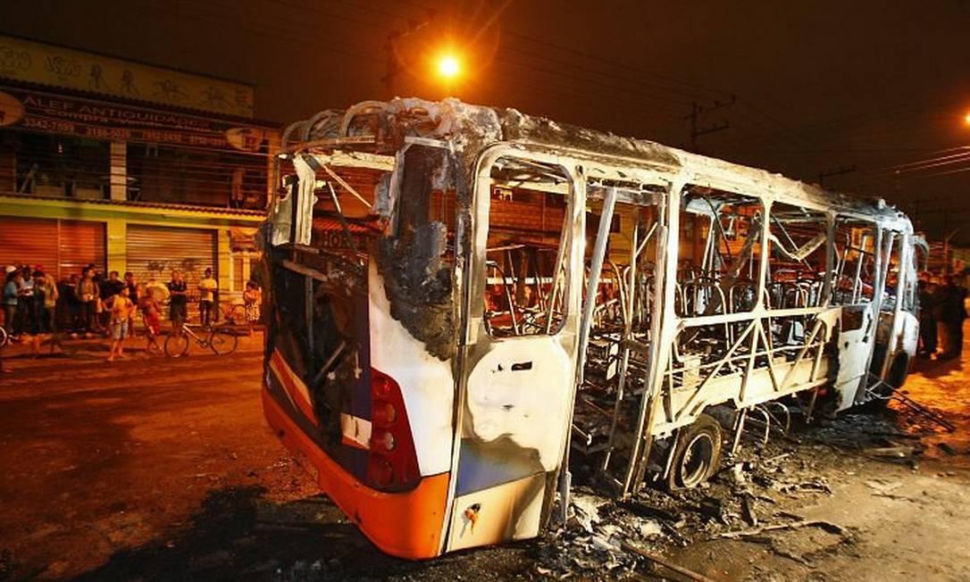 Ônibus incendiado na Cidade de Deus: 13 passageiros feridos Foto de Marco Antônio Teixeira - O Globo