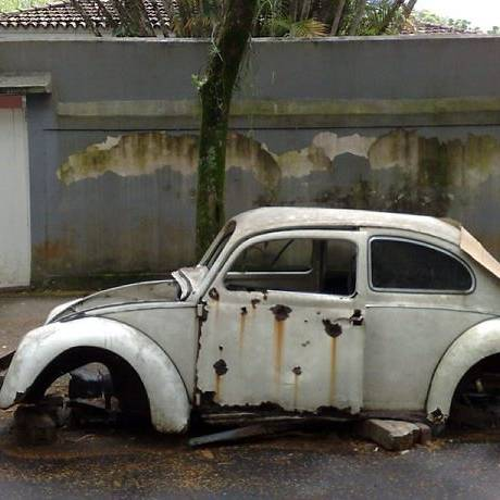 Eu-Repórter: carcaça de fusca em rua da Gávea Foto da leitora Beatriz Amaral
