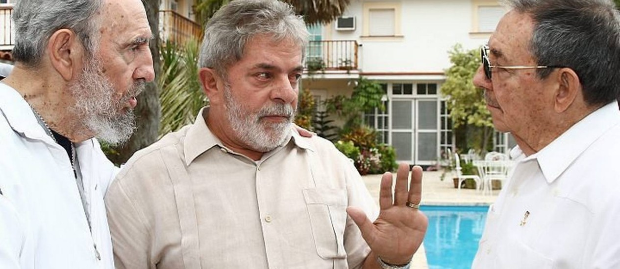 O presidente Luiz Inácio Lula da Silva ao lado do líder cubano Fidel Castro e do presidente da ilha, Raúl Castro - Ricardo Stuckert Presidência