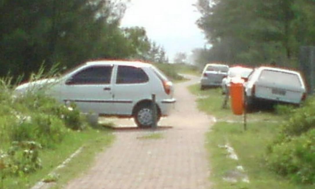 Eu-Repórter: carros estacionados em ciclovia no Recreio Foto do leitor Francisco Bonfuim