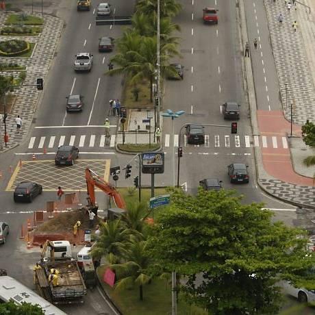 A interdição de parte da pista da Delfim Moreira para o conserto da tubulação rompida Foto de Domingos Peixoto - O Globo