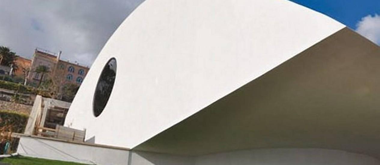Cúpula da concha acústica, em formato de folha dobrada e projetada pelo arquiteto Oscar Niemeyer