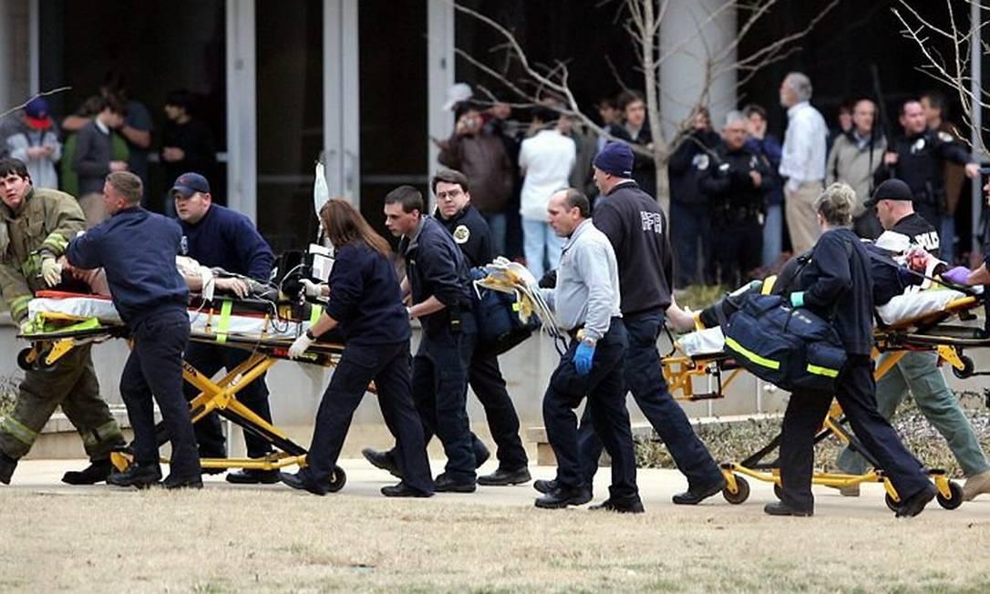 Vítimas do tiroteio na Universidade do Alabama são socorridas - AP