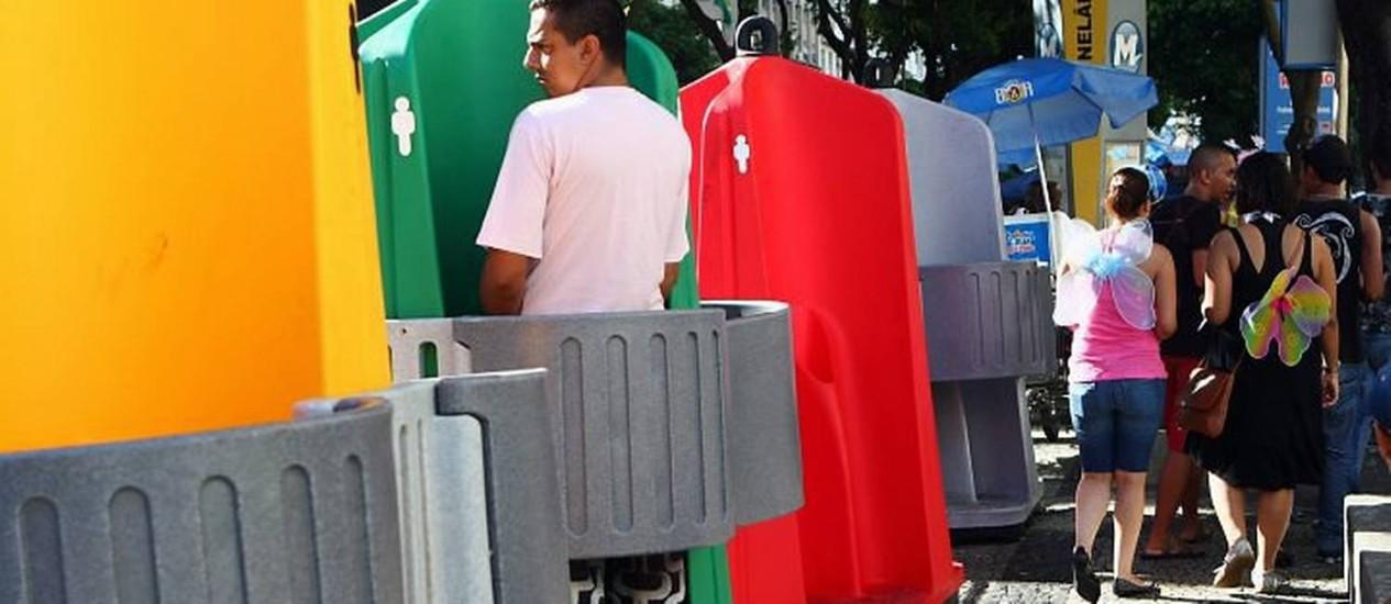 Novos banheiros químicos, que funcionam como mictórios, instalados no bloco Cordão da Bola Preta Foto: Camilla Maia