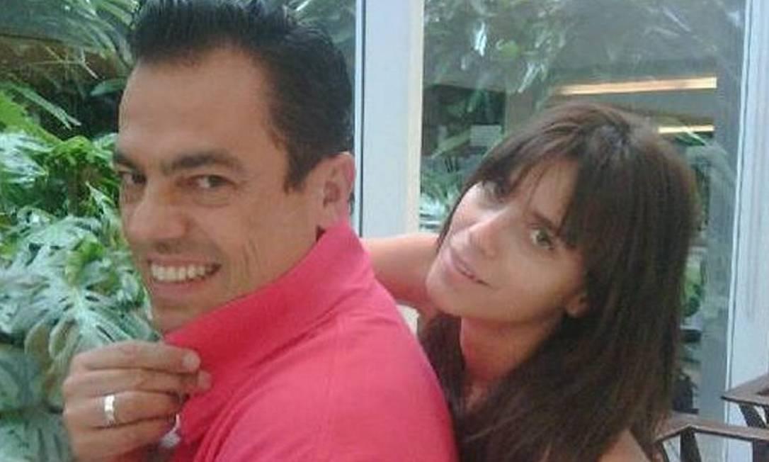 A atriz retoca o cabelo com Marco Antonio di Biaggi Foto: Reprodução