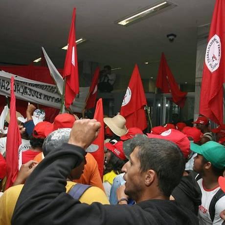 Protesto de trabalhadores rurais ligados ao MST no Ministério da Fazenda em agosto do ano passado Foto: Givaldo Barbosa / Arquiivo O Globo