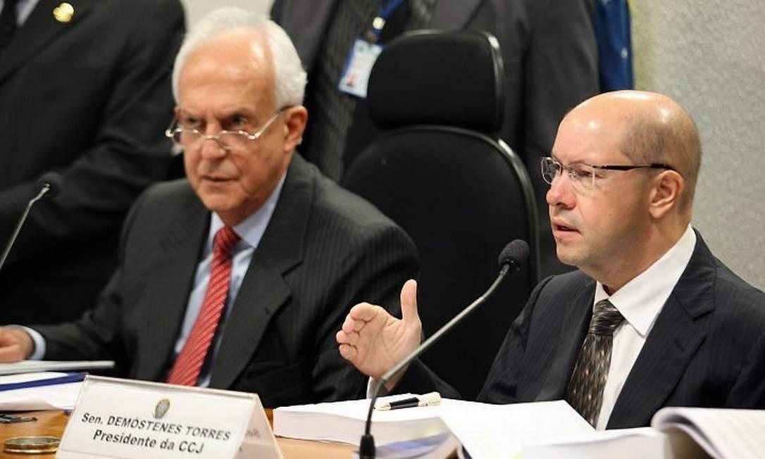 Os senadores Jarbas Vasconcelos (PMDB-PE) e Demóstenes Torres (DEM-GO) durante a sessão da Comissão de Constituição e Justiça (CCJ) que aprovou a convocação de Dilma - Roberto Stuckert Filho