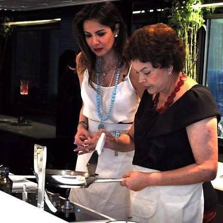 Luciana e Dilma na cozinha. Foto: Wayne Camargo
