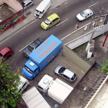 Estacionamento irregular na calçada da Rua Álvaro Rodrigues, em Botafogo Foto do leitor Luis Vicente de Maria