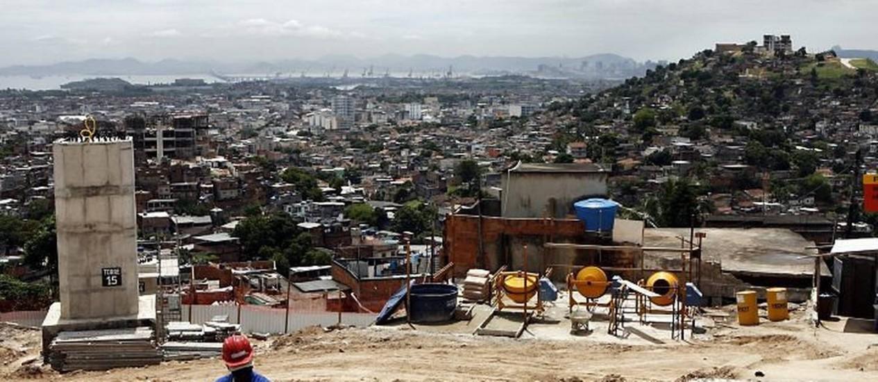 Obras do PAC para a contrução de teleférico no Complexo do Alemão Foto: Marcos Tristão - Arquivo O Globo