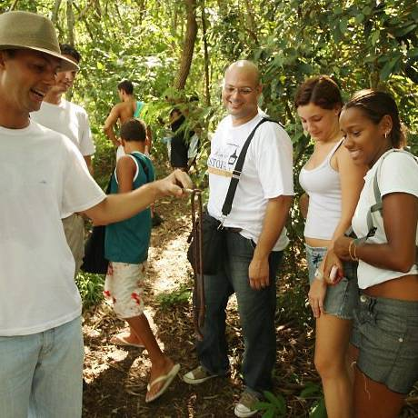 Chapéu Mangueira se prepara para receber os turistas. Guia mostra um minhocuçu aos visitantes - Foto de Gabriel de Paiva
