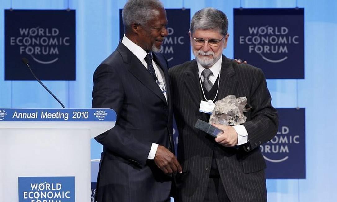 Kofi Annan cumprimenta Amorim na entrega do prêmio. Crédito: AP