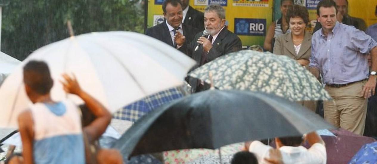 Chuva deixa Lula, Sergio Cabral, Dilma Rousseff e Eduardo Paes ilhados durante cerimônia de inauguração de obras do PAC em Jacarepaguá, no Rio - Marco Antônio Teixeira