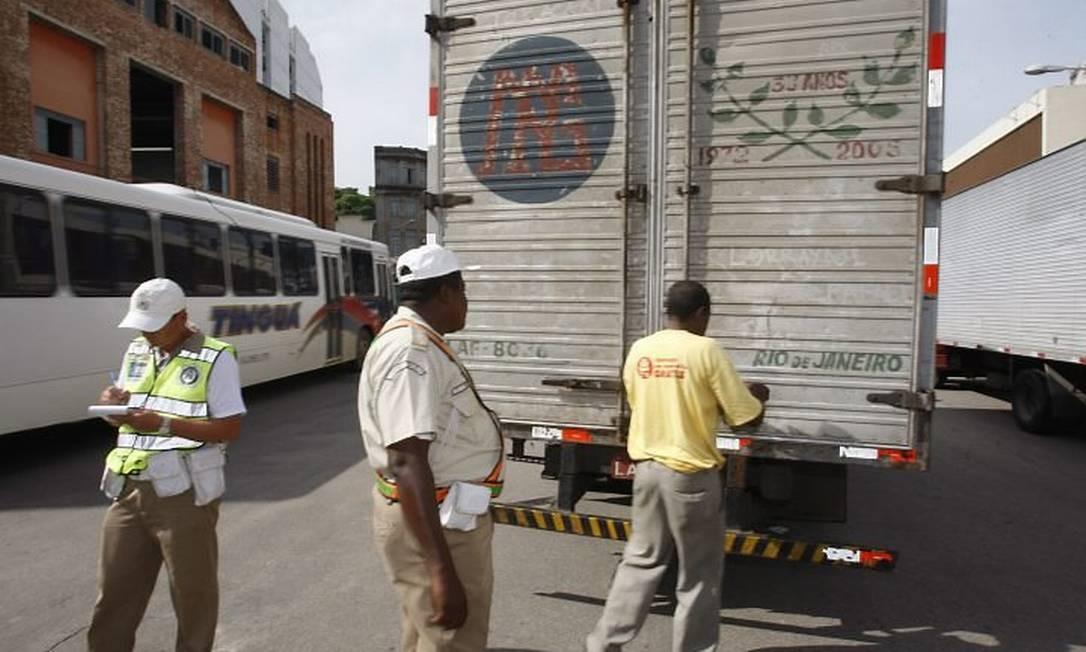 Ao pedir para abrir a porta do caminhão que parecia ser de mudança, com logomarca e tudo, o guarda municipal teve a surpresa... Foto: Domingos Peixoto - O Globo
