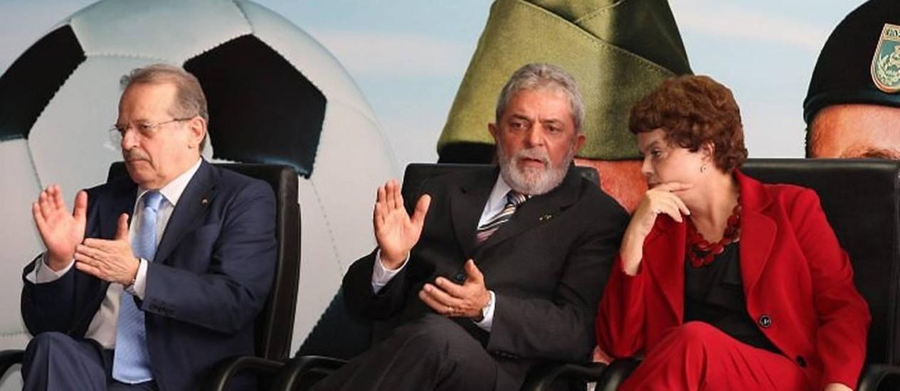 O presidente Lula entre os ministros da Justiça, Tarso Genro, e da Casa Civil, Dilma Rousseff, durante a assinatura do decreto que cria a Bolsa Copa e a Bolsa Olímpica - Roberto Stuckert Filho