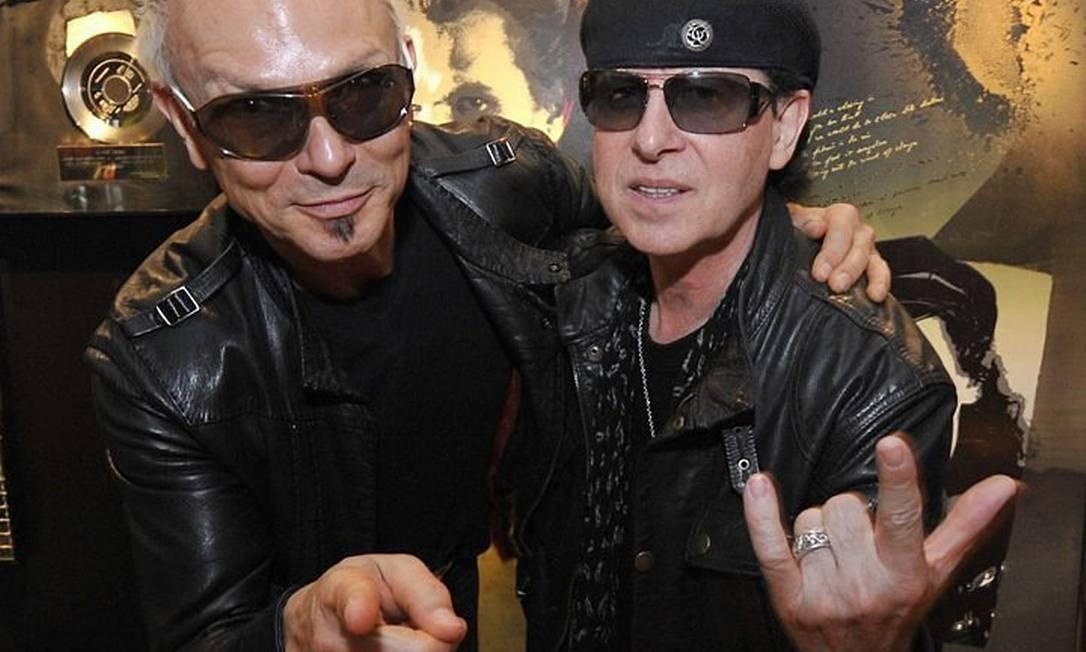 O cantor Klaus Meine (D) e o guitarrista Rudolf Schenker, líderes da banda de heavy metal alemã Scorpions, anunciaram aposentadoria AFP