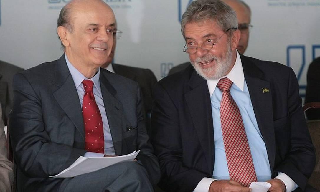 O presidente Lula ao lado do governador de São Paulo, José Serra (PSDB), durante a cerimônia de inauguração de um laboratório farmacêutico, em Itapira, no interior de São Paulo - Marcos Alves
