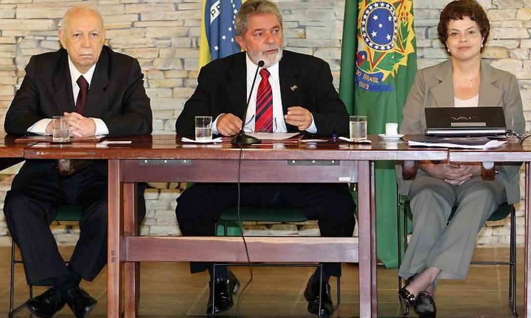 O presidente Lula, ao lado do vice-presidente, José Alencar, e da ministra-chefe da Casa Civil, Dilma Rousseff, durante reunião ministerial, na Granja do Torto, em Brasília - Roberto Stuckert FilhoO Globo