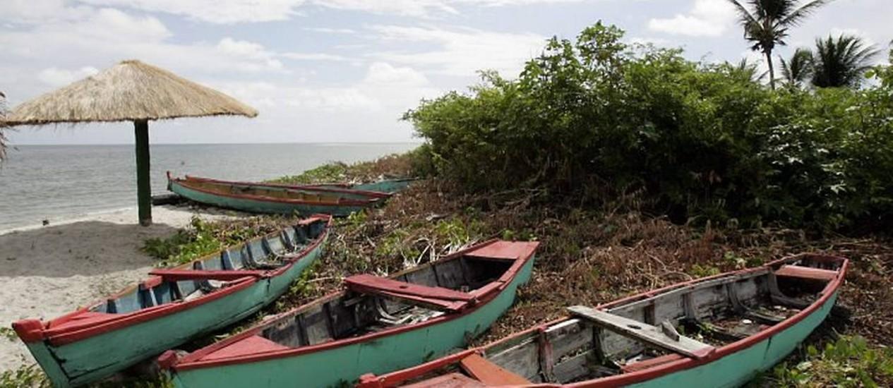 Na Coroa de Avião, canoas rústicas lembram a Itamaracá só de pescadores Foto: Hans von Manteuffel