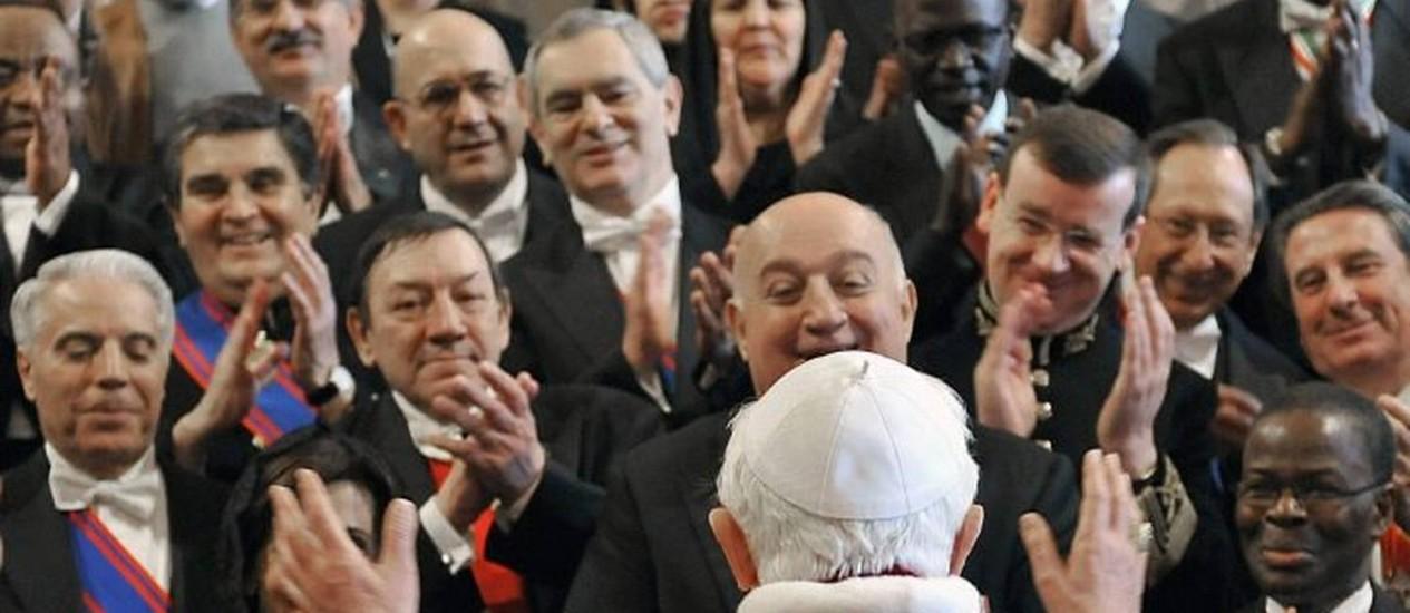 Papa Bento XVI fala com representantes diplomáticos na Santa Sé AP