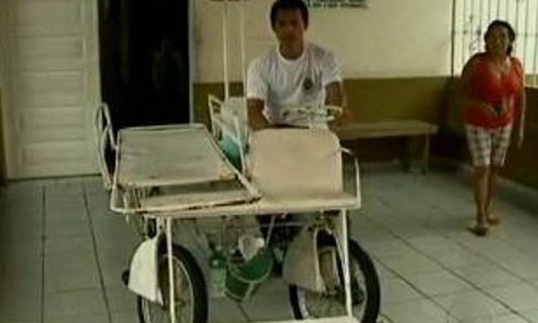 Bicicleta usada como ambulância tem maca e material de primeiros socorros - ReproduçãoTV Globo