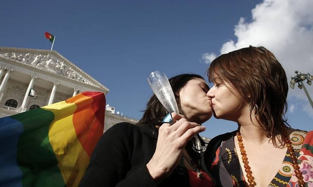 Joana beija a namorada Raquel Freire em frente ao prédio do parlamento português - Reuters