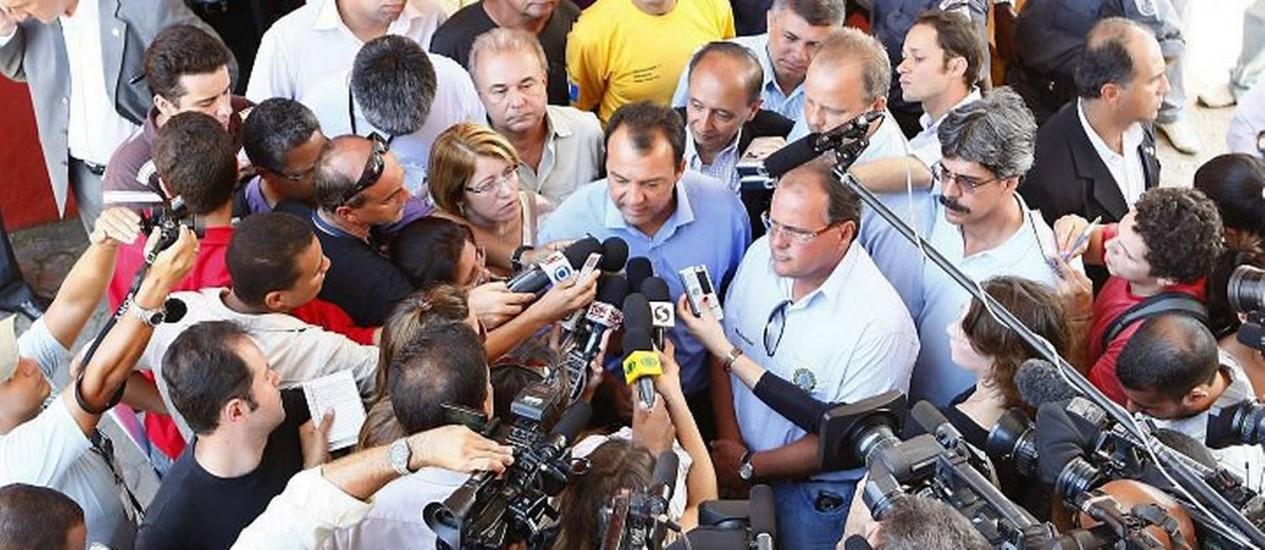 Cabral é cercado por jornalistas no momento do anúncio da liberação de verbas Foto: Marco Antônio Teixeira- O Globo