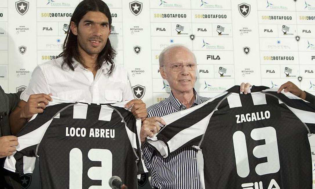 e634aa1b9b08a Sebastián Abreu e Zagallo exibem a camisa 13 do Botafogo na apresentação do  atacante uruguaio -
