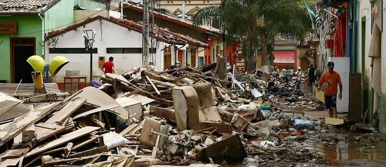 Ruas tomadas por lixo, lama e o que sobrou de móveis e roupas - Eliária AndradeO Globo