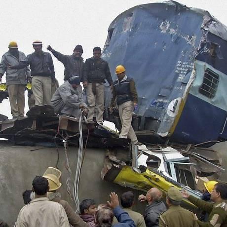 Indianos observam o resgate dos bombeiros em um dos acidentes - Reuters