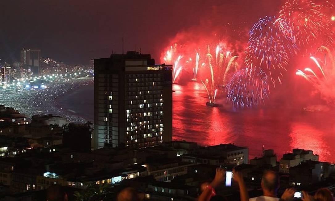 Turistas e moradores do Pavão-Pavãozinho acompanham o espetáculo pirotécnico da Praia de Copacabana - Fernando Maia - O Globo