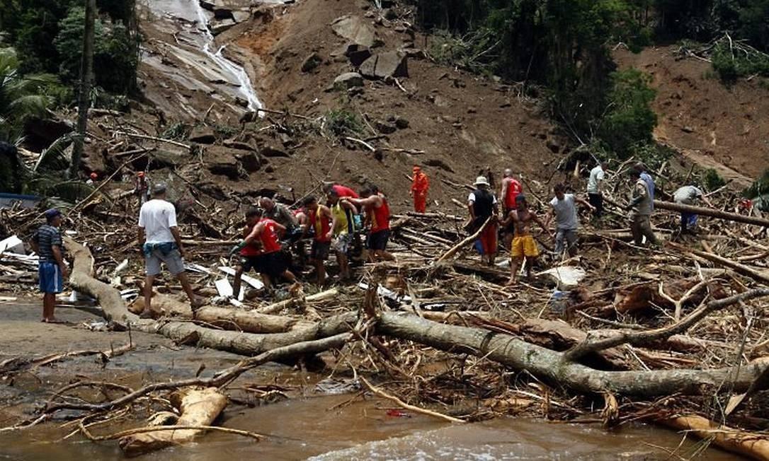 O trabalho dos bombeiros no resgate das vítimas em Angra - Custódio Coimbra